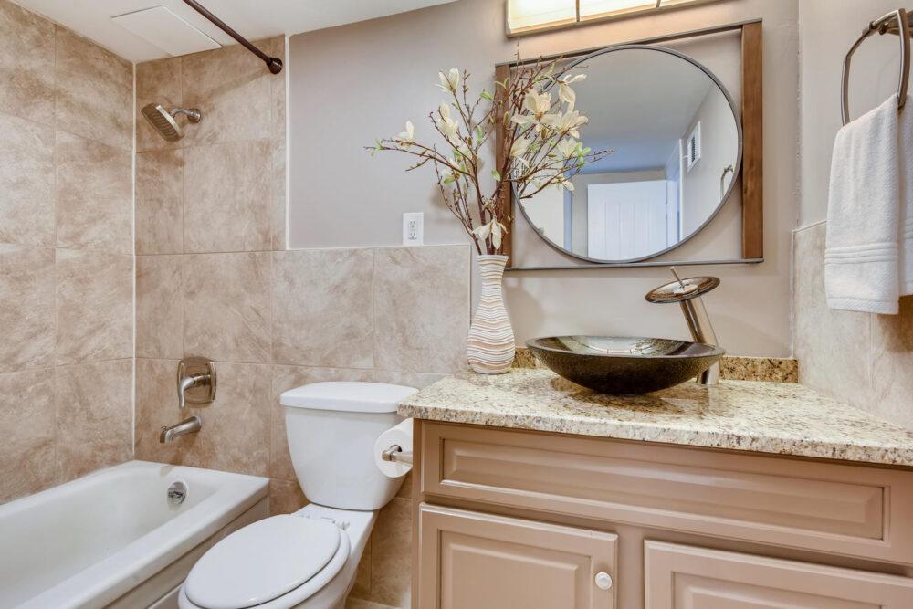 1121 Albion St 504-large-010-010-Master Bathroom-1500×1000-72dpi
